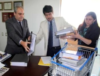 Deputado Marcelo Tavares recebe a documentação da Casa Civil.