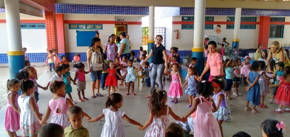 Atividade escolar na Escola Tia Maria Adriano