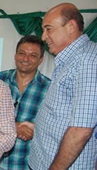 Ribamar Alves e Acionildo de mãos dadas felizes da vida.