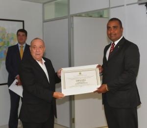 Desembargador Guerreiro Júnior diplomando Alberto Filho.