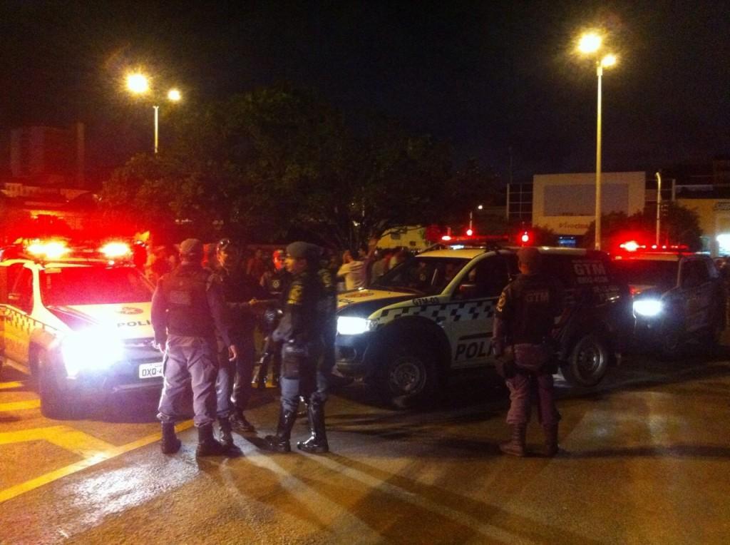 Policias acompanhando a manifestação (foto: Hilton Franco).