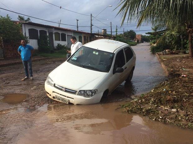 Veículo cai em cratera no Jardim São Cristovão em São Luís (Foto: Everton de Oliveira)