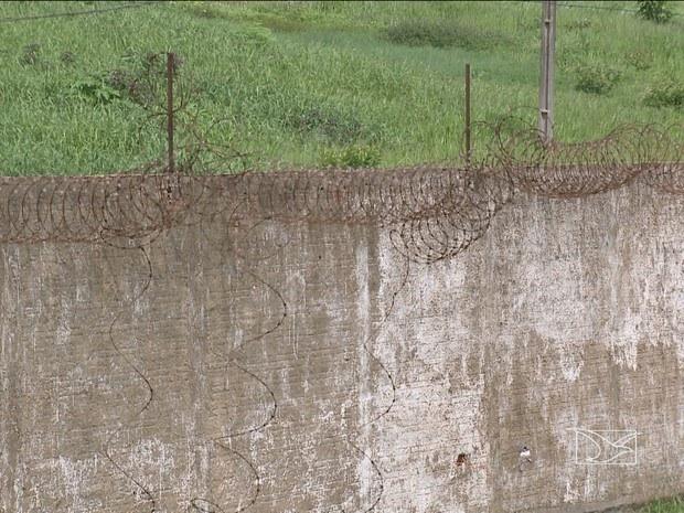 Trechos da lateral do muro que cerca o CDP também estão sem proteção (Foto: Reprodução/ TV Mirante)
