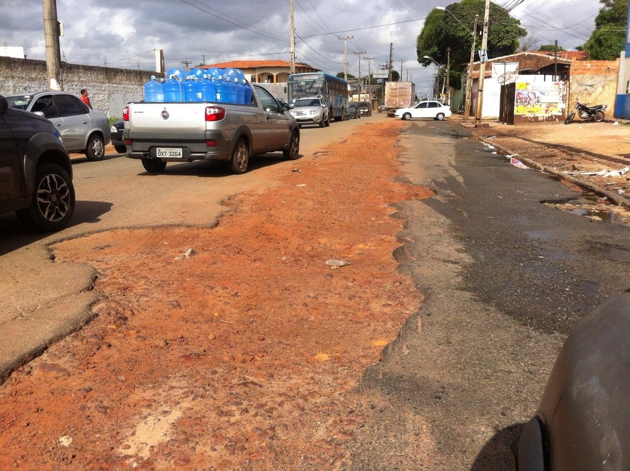 Asfalta de péssima qualidade começa a formar buracos (foto: Hilton Franco).