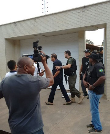 Ex-prefeito de Bacabal sendo conduzido pelos policias.