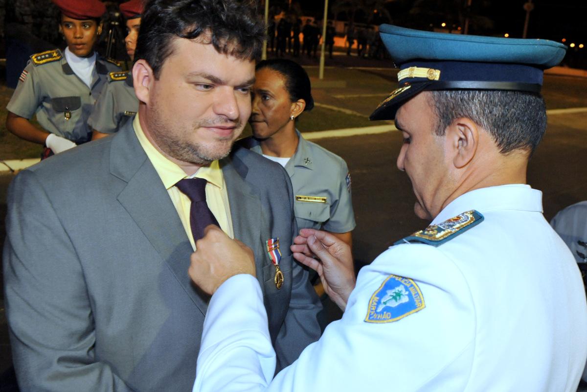 Daniel Leite recebendo maior honraria da Polícia Militar.