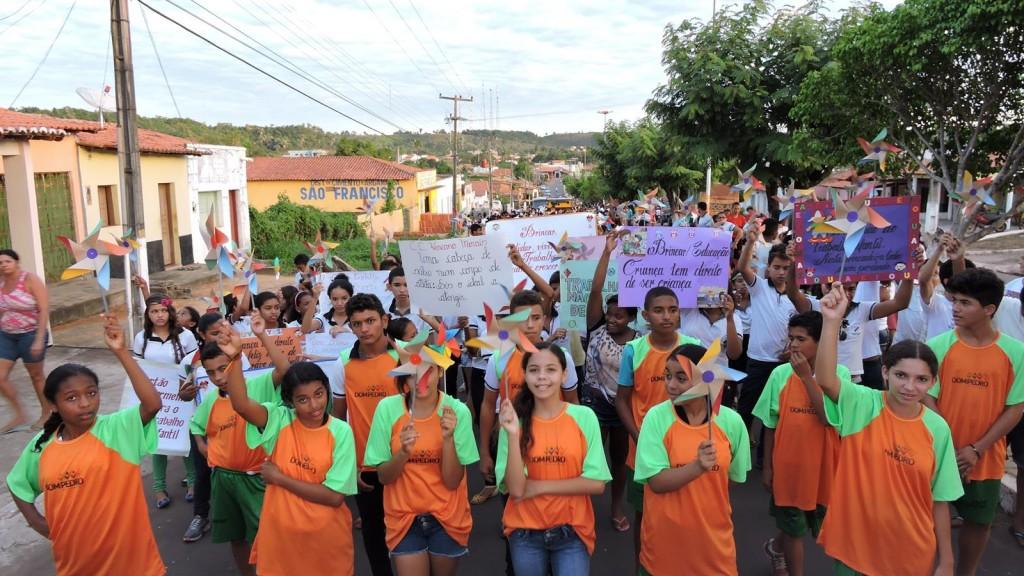 Estudantes carregam o cata-vento, simbolo da campanha contra o trabalho infantil