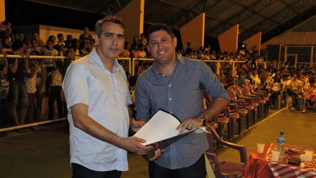 Prefeito Hernando Macedo pede ajuda a SEDEL para regularizar a quadra do Povoado Camará, a obra apresenta irregularidades cometidas pela gestão anterior.