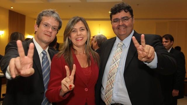 A candidata a presidência da da Ordem dos Advogados do Brasil no Maranhão (OAB-MA), Valéria Lauande entre o advogado Ulisses Cesar Souza e o atual presidente da OAB-MA, Mário Macieira.