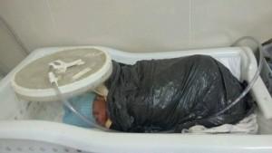 Bebê é enrolda em saco de lixo por falta de manta térmica em hospital