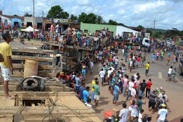 Madeireiros bloquearam os dois sentidos da via na BR 222