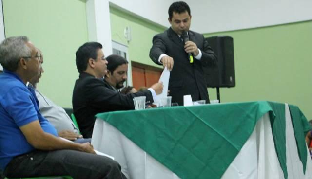 Prefeito Eric Costa mostrando todos os relatórios para o deputado Rigo Teles.