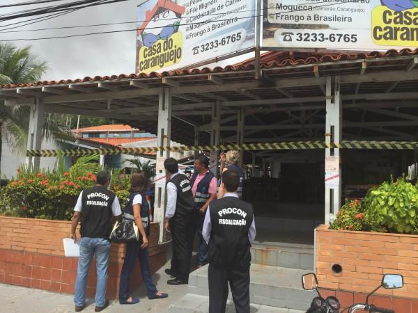 Procon e Vigilância Sanitária interditam restaurante na Avenida Litorânea