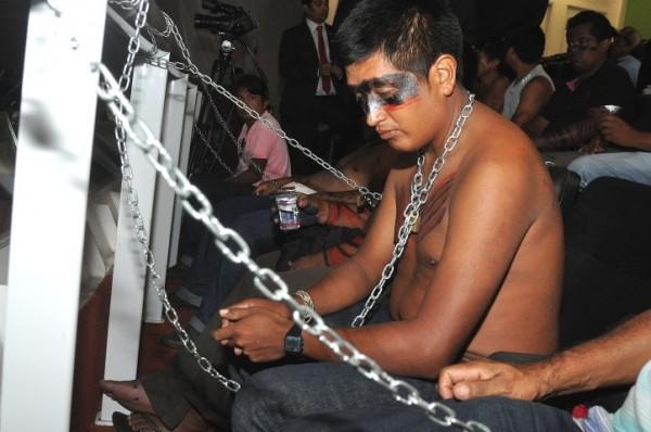 Índios Guajajaras continuam acorrentados na Assembleia