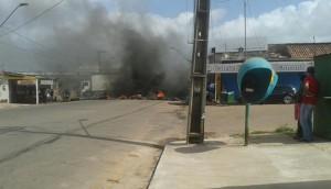 Moradores estão bloqueando dois pontos da Avenida Santos Dumont