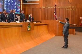 Toca Serra toma posse na Assembleia Legislativa