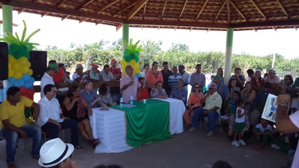 Prefeito Léo Costa discursando no dia da inauguração.