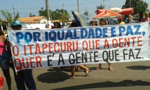 Manifestantes em frente à prefeitura de Itapecuru