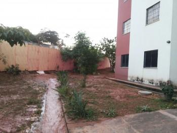 Areia e barro da obra de terraplanagem invadiram condomínio após estouro de um cano