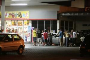 Foto ilustrativa_pessoas consumindo bebida em posto de combustível