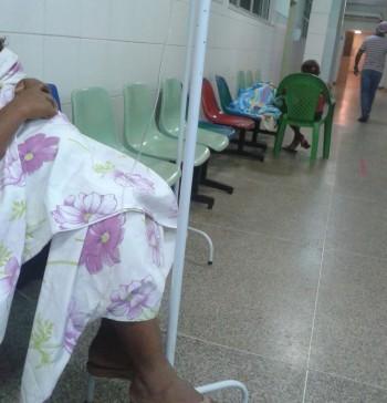 Crianças sendo medicadas no corredor do hospital