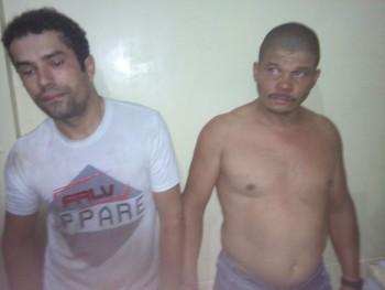 Os dois foram presos dentro de uma casa nas imediações da área do assalto