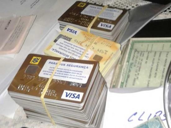 Cartões apreendidos com suspeitos de envolvimento em fraudes (Foto: Polícia Federal/Divulgação)