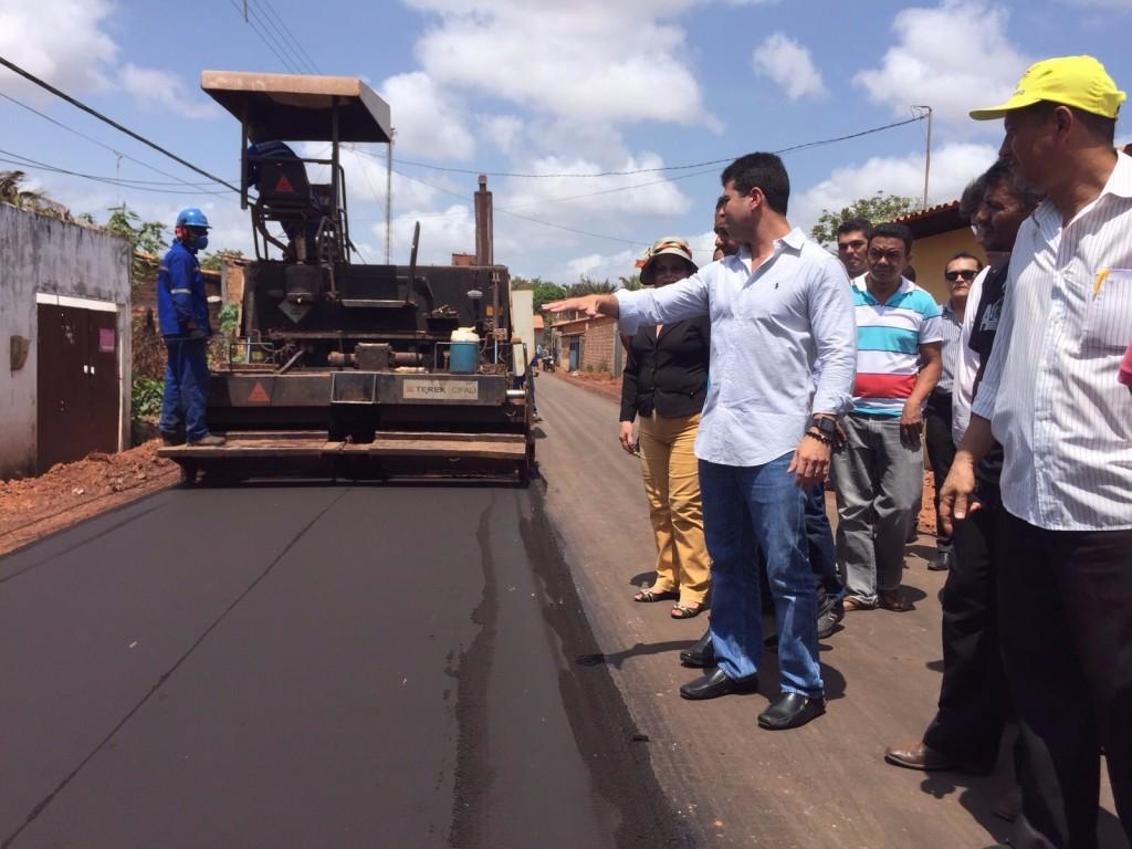 Gil Cutrim vistoriou os serviços de pavimentação e conversou com os moradores do Cohabiano.