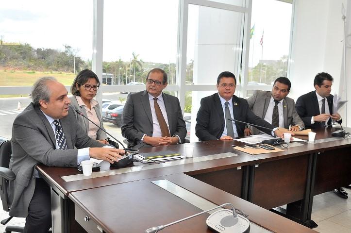 Deputado Rigo Teles e demais autoridades durante reunião de avaliação das metas do Governo.