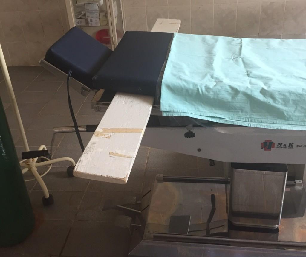 Mesa de cirurgia apoiada em tábua.