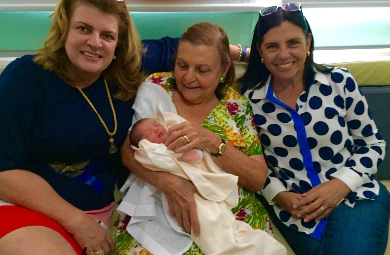 A avó materno Graça Amorim, a bisavó Marly Sarney e Roseana Sarney.