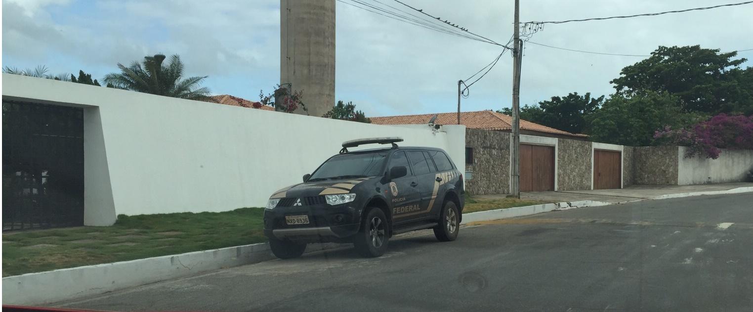 Veículo da PF na porta da casa de Ricardo Murad.