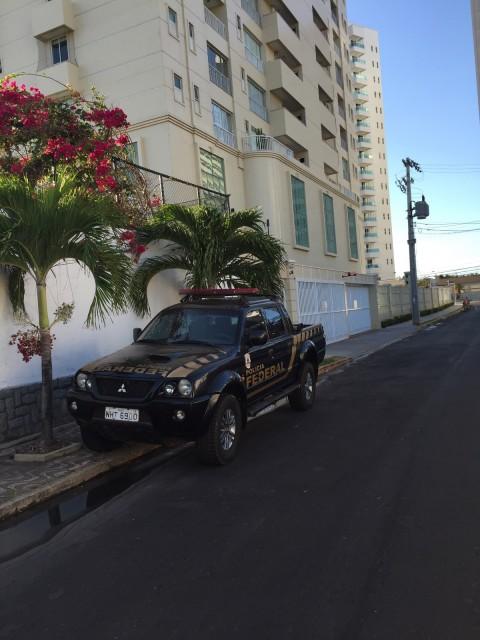Carro da PF na porta do prédio do ex-prefeito de Coroatá.