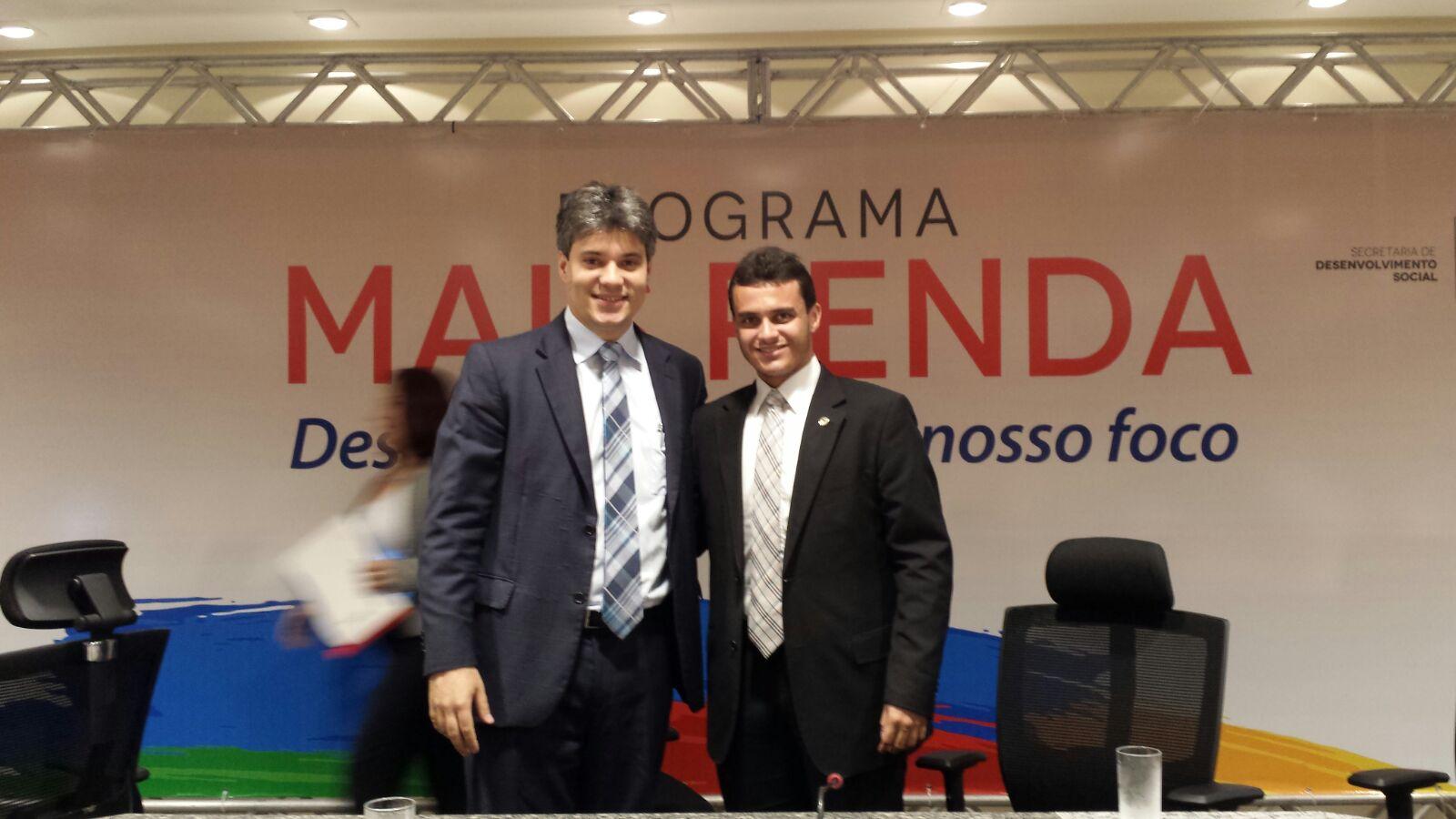 """Glalbert Cutrim com o secretário Neto Evangelista durante o lançamento do """"Mais Renda""""."""