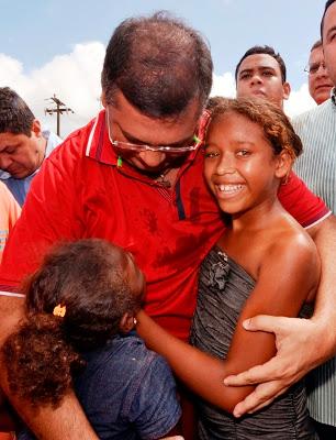 Governador Flávio Dino abraça a estudante Pâmela Antônia e sua irmã que agradeceram os benefícios do Bolsa Escola (Mais Bolsa Família). Foto: Karlos Geromy/Secap