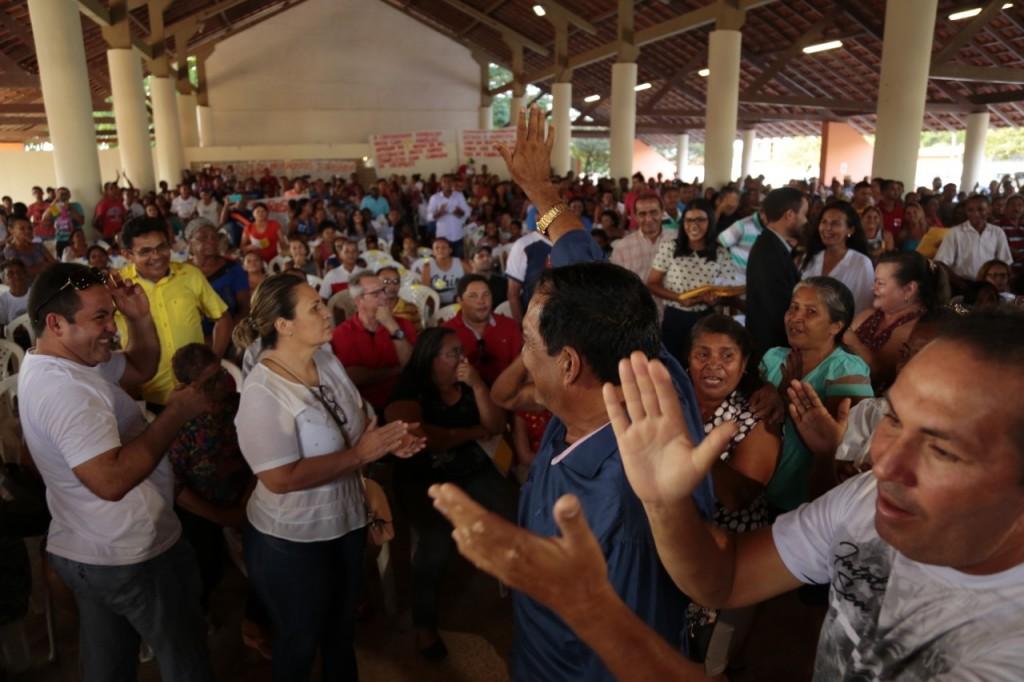 thumbnail_Entrega de títulos de regularização de terra- prefeito Josemar é recebido sob aplausos pelo povo