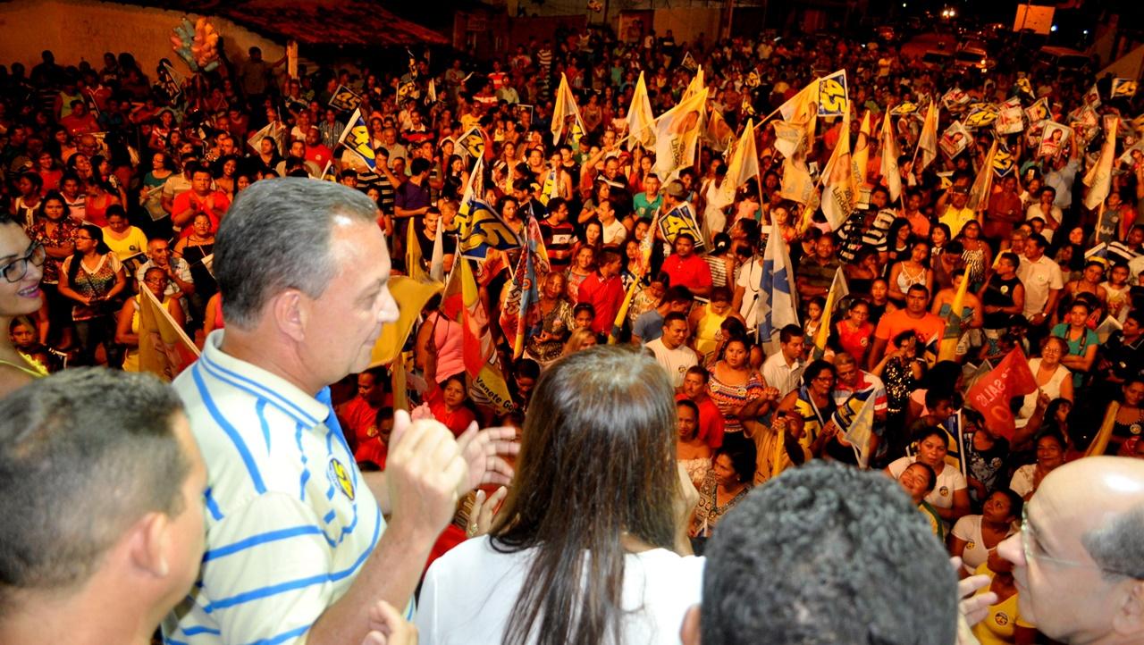 foto-3_luis-fernando-com-a-multidao-no-comicio-das-vilas