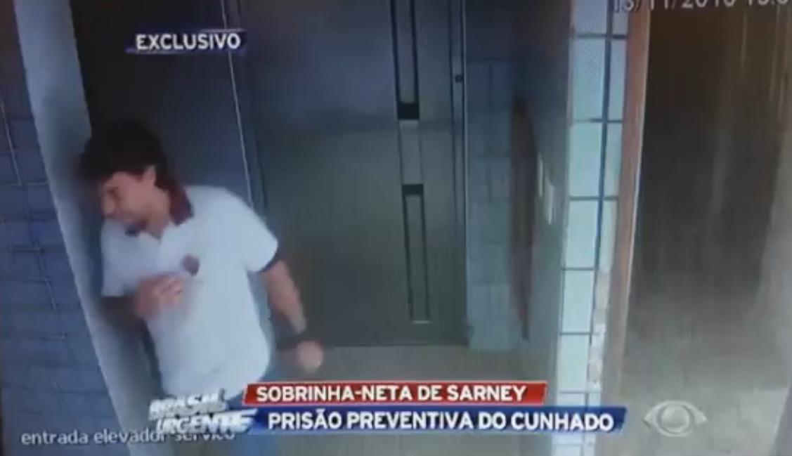 Lucas Porto sai em desespero do apartamento