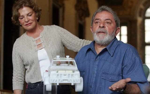 A primeira-dama Marisa Letícia posa, ao lado do presidente Lula, durante coletiva de imprensa na embaixada do Brasil na Itália em 2008 (Foto: André Dusek/Estadão Conteúdo/Arquivo)
