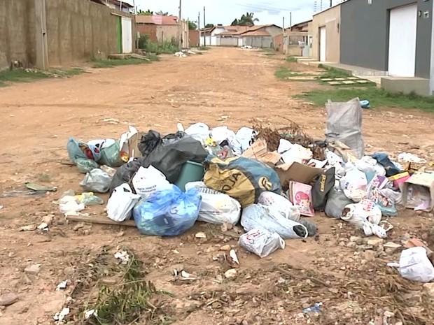 Lixo acumulado que atrai moscas e animais também pode prejudicar a saúde da população (Foto: Reprodução/TV Mirante)