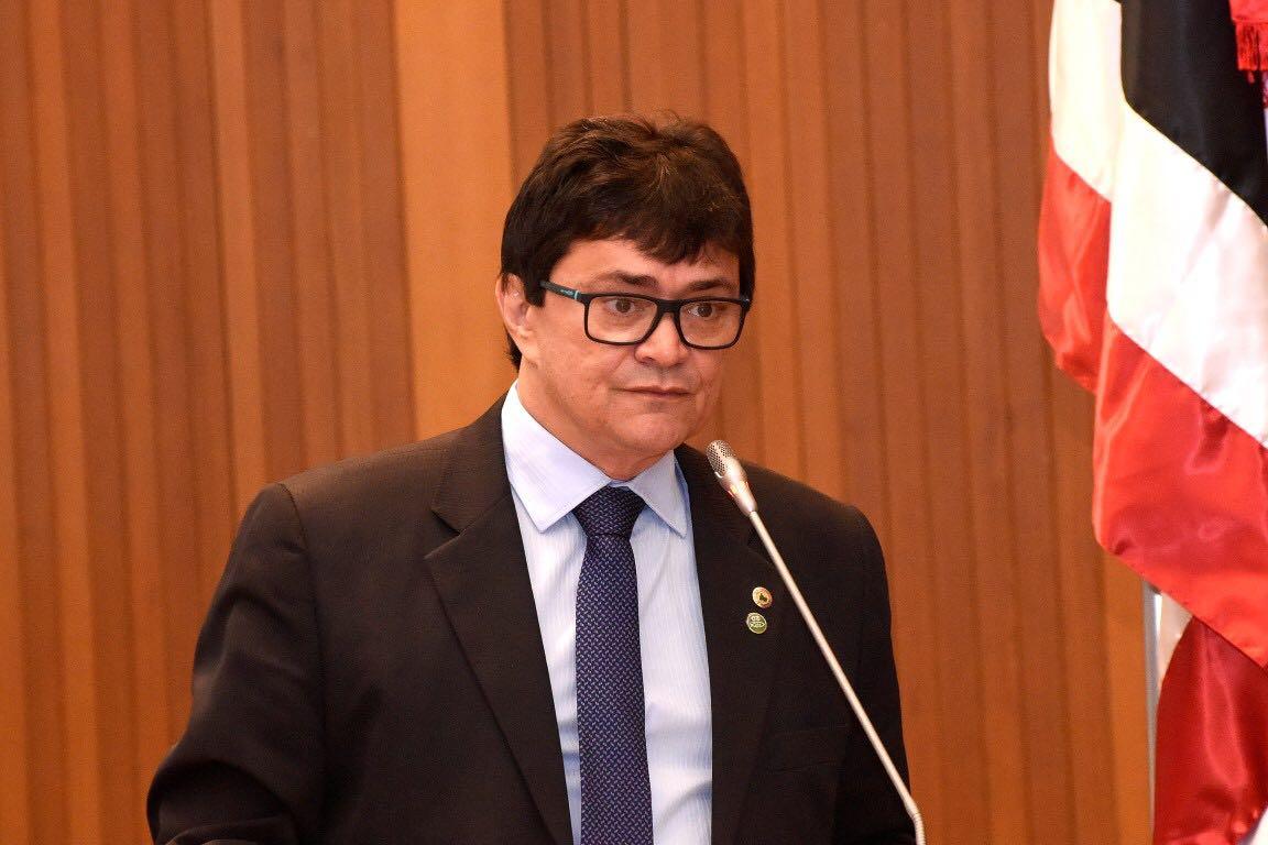 Deputado Léo Cunha discursa durante sessão plenária cobrando o envio dos carros fumacê para cidades maranhenses