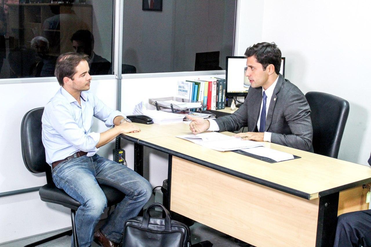 Presidente do PROCON Duarte Júnior em diálogo com o direor da Odebrecht Ambiental no Maranhão Helder Dantas
