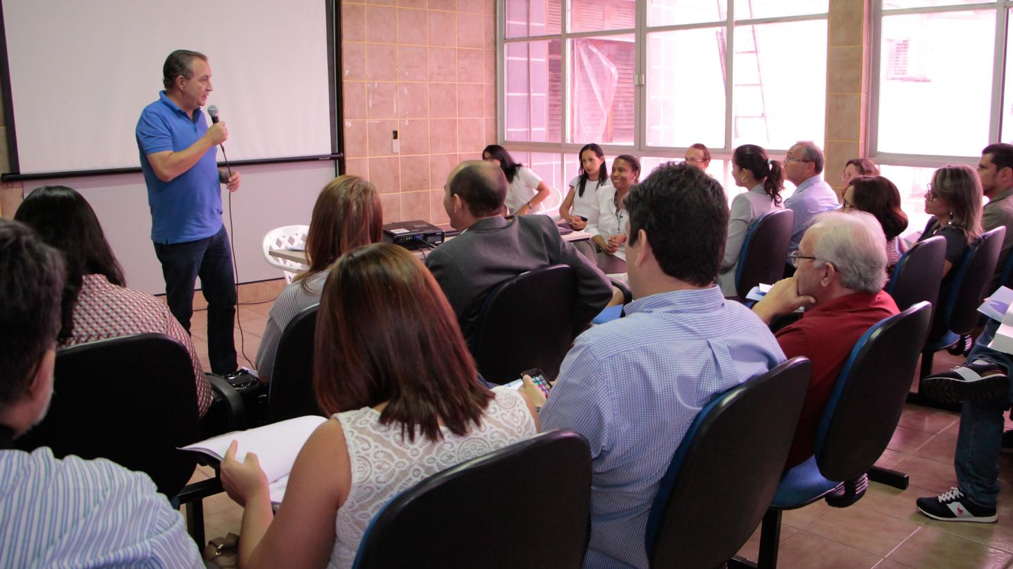 Foto 1 - Prefeito Luis Fernando durante reunião com gestores do Sebrae e da Prefeitura