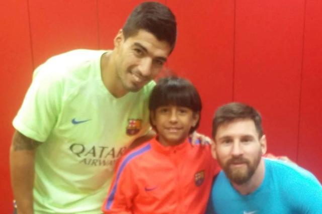Manu-ao-lado-das-estrelas-do-Barcelona-Suárez-e-Messi