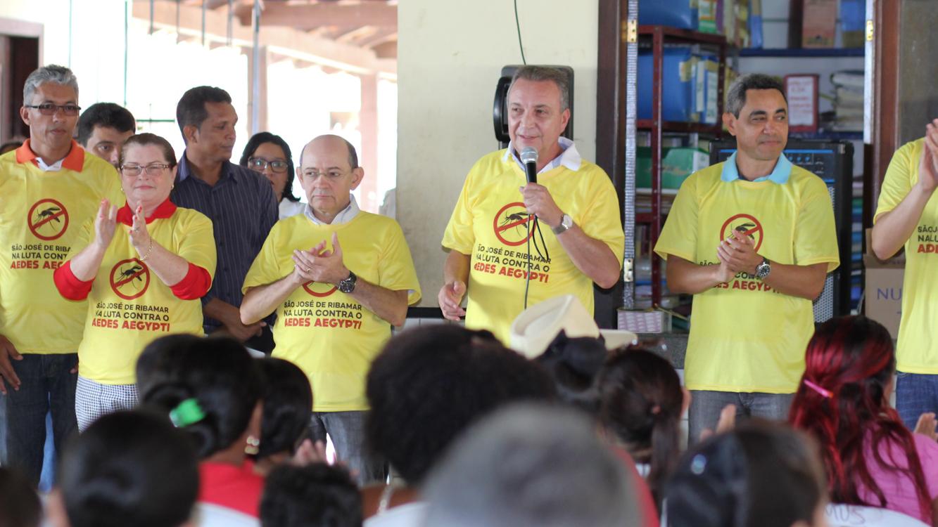 Luis Fernando durante campanha contra o mosquito