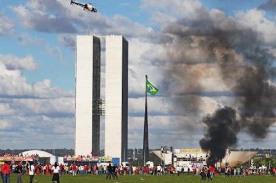 WILT1899.JPG BRASILIA DF BSB 24/05/2017 - NACIONAL - MANIFESTAÇÃO PROTESTO ATO FORA TEMER - Centrais sindicais, partidos de oposição entre outras entidades fazem protesto e pedem a saída do presidente Michel Temer além de Diretas Já na esplanada dos Ministerios, rumo ao Congresso Nacional em Brasilia - NA FOTO Manifestantes colocam fogo em banheiros quimicos usados como barricada durante protesto FOTO: WILTON JUNIOR/ESTADÃO