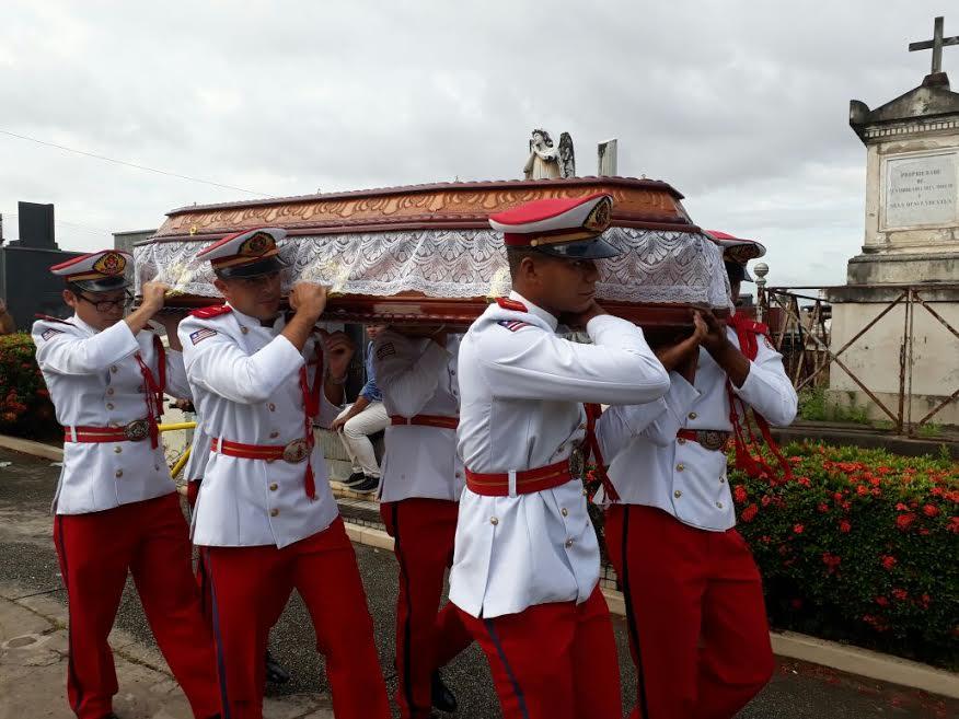 Homens do Corpo de Bombeiros no cemitério conduzem corpo de Edimilson Jansen até ao jazigo.