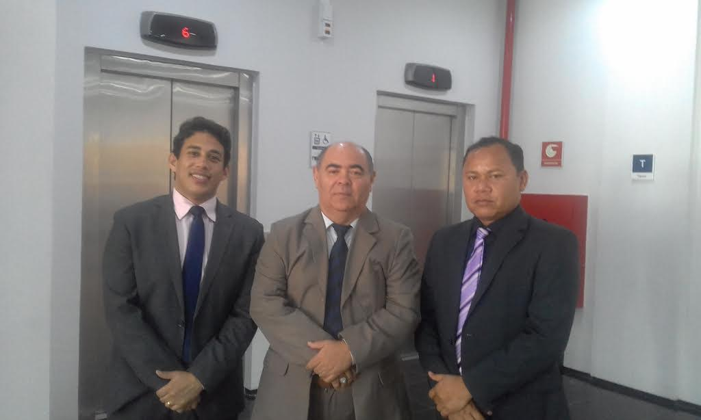 Astro de Ogum ladeado pelos vereadores Osmar Filho e Beka Rodrigues após assinatura do programa Câmara em dia.