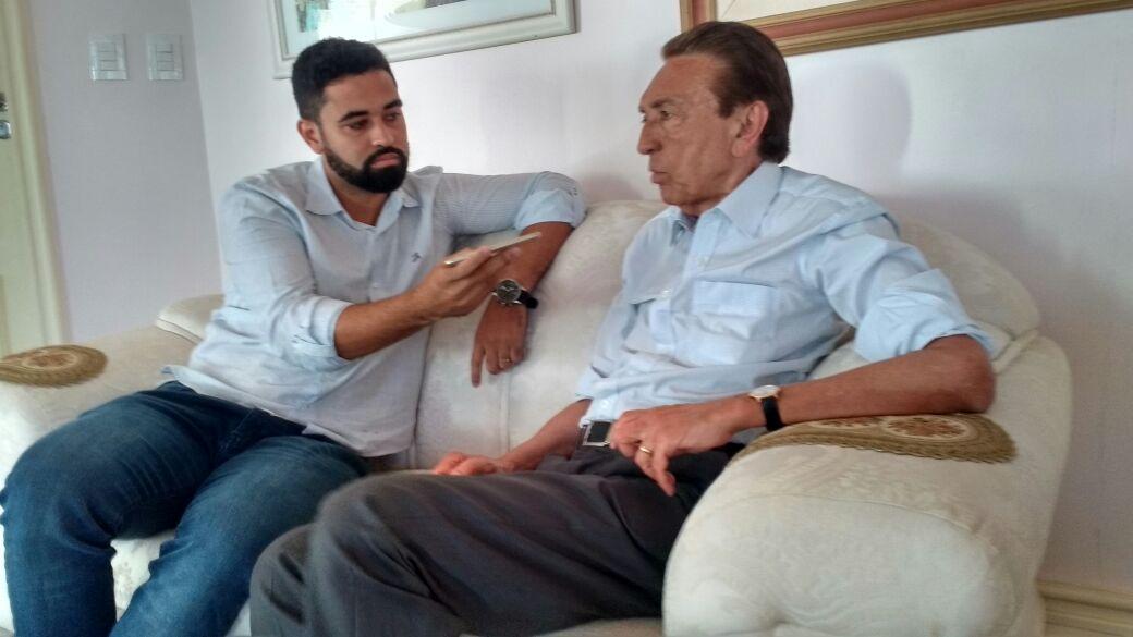 Jornalista Neto Ferreira entrevistando o senador Edison Lobão, em São Luís.