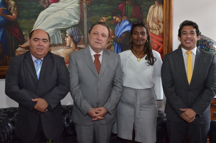 Desembargador Cleones Cunha recebe presidente e vice da Câmara, vereadores Astro de Ogum e Osmar Filho, e a diretora de comunicação, Itamargarethe Correia Lima.